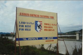2001: AAEF Reklame Tafeln an der damaligen National Strasse nach Tirana, wo man Tausende von illegalen Grundstücken verkaufte