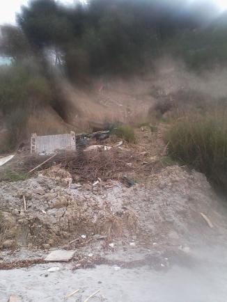 illegle Abwasserleitungen zerstören die Zone touristik Currila, Durres durch Erosion