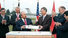 2004: im illegalem Betrugs und Bestechungsgeschäft mit dem Flugplatz in Tirana
