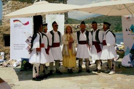 Besoffen mit Sonder Service und Folklore Truppe in Himari: GTZ Leiterin