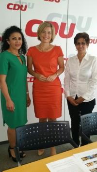 Iran-Zanan Association: Ms. Batul Soltani and Ms. Homeyra Mohammadnejad mit Claudia Klöckner: Iran-Zanan [Women's] Association