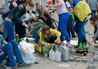 Zivile Gesellschaft in der Ukarine, bauen Molotov Cocktails, von den kriminellen Banden des Auswärtigem Amtes finanziert