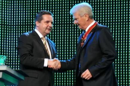 Stefan Mappus überreicht Dietmar Hopp Großes Verdienstkreuz